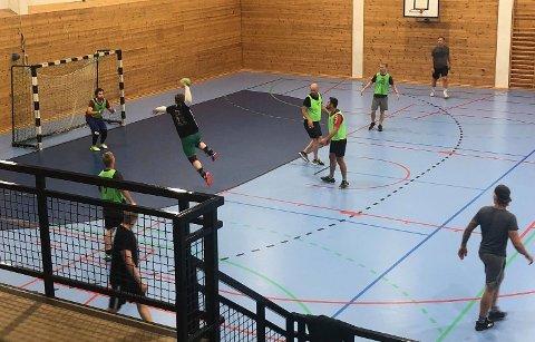 TRENING: Spillerne samles i Lyngdalshallen hver onsdag klokken 19.00 for å trene sammen.