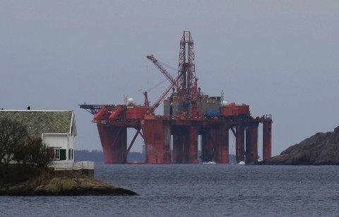 OPPDRAG: «Borgland Dolphin» passerer Klubben utenfor Flekkefjord. Riggen har fått i oppdrag å plugge brønner på Oselvar-feltet.