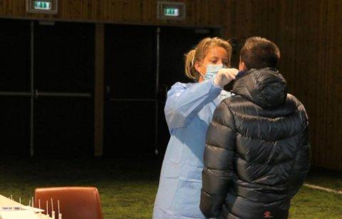 NULL SMITTE: Massetesten etter påskeferien viser at det er null smitte ved skolen nå. Bildet viser kommunoverlege Henriette Pettersen som tester KVS-elever tidligere i vinter.