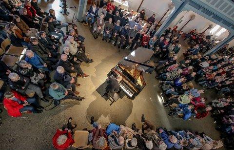 KRYSSOVER JAZZFEST MOSS: En fullsatt Moss kirke tok lunsjen sammen med jazzpianist Tord Gustavsen.