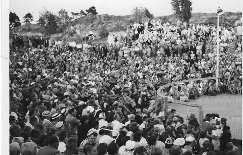 Plattingen Nesparken 1955: Parken hadde sin gullalder på siste del av femtitallet. Da  de største stjernene kom med Jens Book Jensen, Leif Juster og Monn Keys i spissen kunne det være mere enn to tusen personer innenfor gjerdet. Pluss de som la til med egen båt.