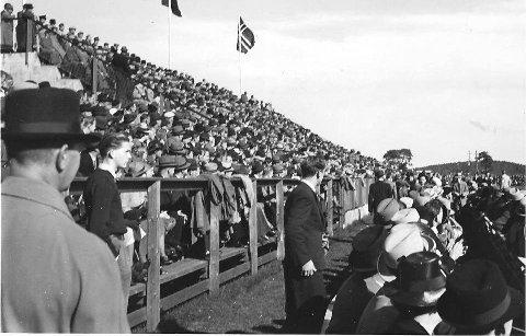 Melløs Stadion 20.september 1940: Det er dessverre uklart hvem som spilte, men bildet viser at flaggforbudet ennå ikke var trådt i kraft.  Det store frammøtet tyder også på at kampen ikke var en del av NS-propagandaen, men tilnærma en normal fotballkamp.
