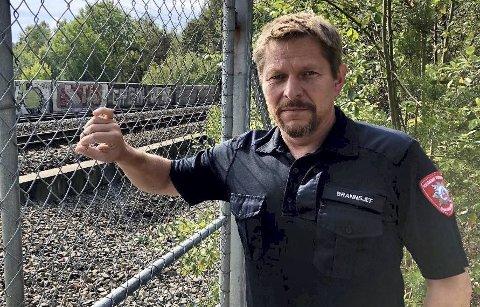 Brannsjef Rune Larsen forteller at det nå settes inn enda et tiltak for å sikre at brannmannskapene ikke blir smittet av korona-viruset.