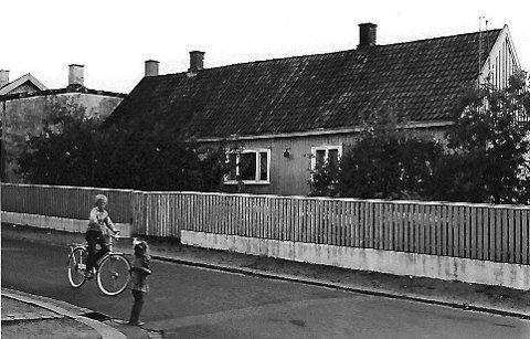 Vestre Kanalgate 1968: Gutten imponerer jenta med ny sykkel. Det var en egen glede og stolthet over å eie ny sykkel. Dersom den attpå til hadde gir og skvettlapp, var man tett på lykken.