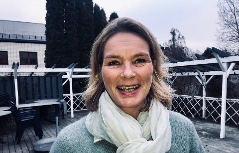 NORDSTRANDSJENTE: Karina Michelsen er oppvokst på Nordstrand og føler seg som hjemme i jobben på seniorsenteret i Poppelstien. Foto: Anniken Thue