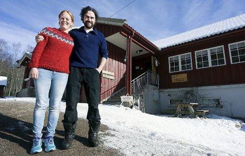 Ekteparet Sébastien Barrault og Gunn Oftedal driver og eier Sandbakken sportsstue sammen. De ønsker alle velkommen innom!