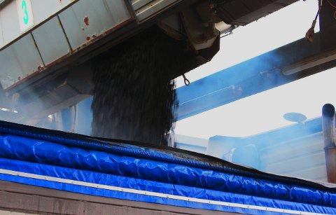 SVART GULL: Fersk asfalt slippes ut fra asfaltverket til Lemminkäinen på Skattøra i Tromsø, klar til utlegging på en veibit i Nord-Norge. Foto: Bengt Nielsen