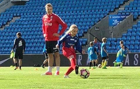 MÅLTEFT: Anna Helberg Uteng scorer på landslagets keeper, mens landslagsspiss Alexander Søderlund følger med.