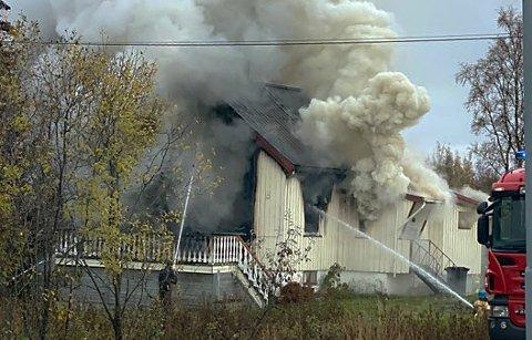 Her jobber brannvesenet med å få kontroll over brannen. Foto: Nordlys-tipser