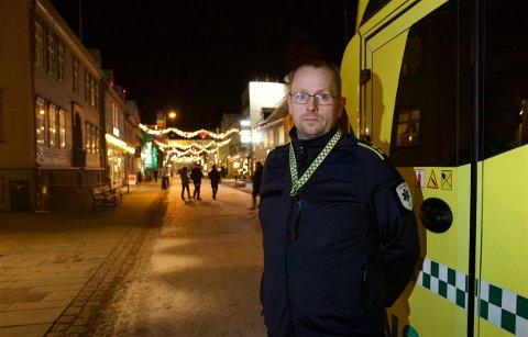 ADVARER: Espen Stellander, assisterende seksjonsleder for ambulansetjenesten ved UNN, sier at de bruker så mye ressurser på fulle mennesker i sentrum at det går utover beredskapen. Nå står de foran en av de største julebordshelgene. Foto: Ola Solvang