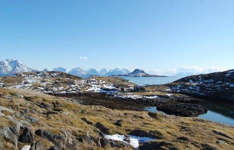 HAVNER TIL SALGS: Bildet er tatt fra Holmenvær utenfor Senja der en havn er til salgs. På øya bak i bildet, Ørja, er også en fiskerihavn til salgs