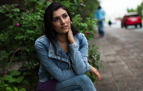 KONTRASTER: Memona Sarwar erkjenner at koronaviruset har truffet hardt for salongen hennes i Tromsø, etter et fjorår som ga svært pene tall i regnskapet.