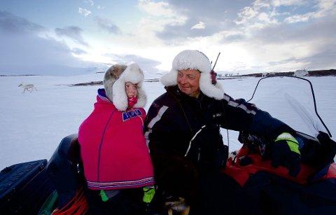 TRØBBEL: Nils Peder Gaup sammen med datteren Sara Lea under vårflyttingen. Nå har reineieren og kollegene trøbbel etter at en flokk på 200 dyr er jaget opp i fjellene rundt Kildalen i Nordreisa.