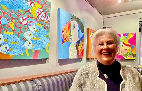 FARGERIKT: Linda Solhaug debuterer med utstilling på G der en rekke av hennes fargerike malerier har fått plass på veggene.