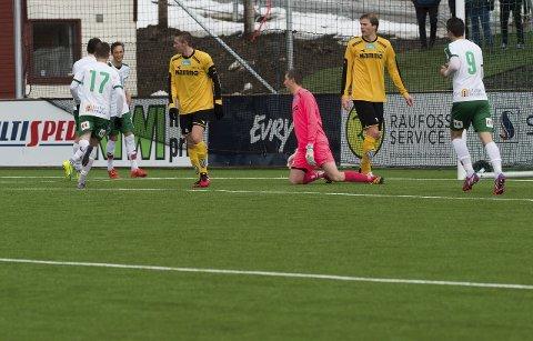 PÅ KNE: Ole Kristian Lauvli (midten), kaptein Steffen Hjelmtvedt og Petter Senstad måtte innse at generalprøven mot HamKam ble alt annet enn lystig.Foto: Asbjørn Risbakken.