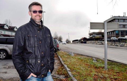 - Dette er en god sak for Hov og Søndre Land, sier næringsrådgiver Roger Fløttum om det finske energiselskapet Fortums valg av Hov for etablering av lafdestasjon for elbiler. Stasjonen skal etableres på den kommunale parkeringsplassen ved Kiwi og Ungdommens Hus i Sentrumsvegen.