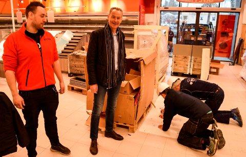 ÅPNER TORSDAG: - Her er det mange som står på for å gjøre butikken ferdig til åpningen torsdag sier butikksjef Frode Byfuglien (t.v.) og administrerende direktør Olav Rønningen i Coop Innlandet.