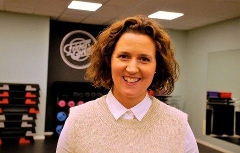 FAST SAL: Ulla Arnesen Wasenden leder treningstimer i Friskis & Svettis Gjøvik. Hun er strålende fornøyd med at de fleste timene nå kjøres i ny sal hos Kondis24.
