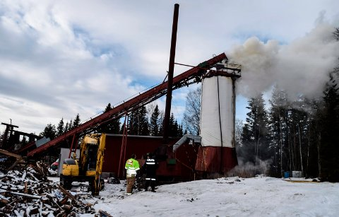 VEDTØRKE: I forbindelse med tørking av kappet, kløyvd ved begynte det å brenne nedenfra i siloen der veden lå til tørking.