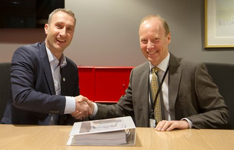 SIGNERTE: Ståle Rød, konsernsjef i Skanska Norge, og Thor Arne Aass, ekspedisjonssjef i Justis- og beredskapsdepartementet signerte kontrakten.