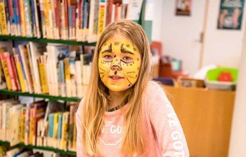 Amalie (8) har for anledningen tatt på ansiktsmaling, før hun trykket seg bokmerker.