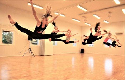 FLYR HØYT: Move On-dansere i grenen small group viser spenst og timing i det de gjør unna en av sine siste treninger før det braker løs med internasjonale mesterskap. Foto: Henrik Aasbø
