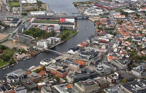Fredrikstad sentrum. Værstetorvet er på venstre side av gangbroen som krysser Glomma, midt i bildet.