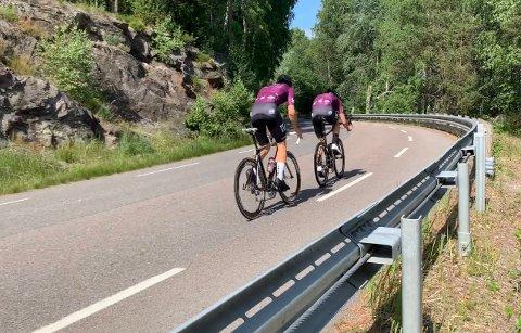 OMDISKUTERT: Konflikten mellom syklister og billister har vært der i mange år langs Gamle Mossevei. En ny undersøkelse viser at mange irriterer seg over denne gjengen.