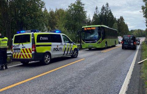 Lørdag formiddag fikk knuste ruta på denne bussen, da en planke løsnet fra lasteplanet til en bil i motgående retning.