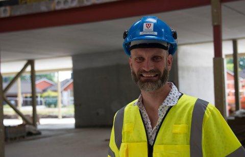 FORNØYD: Jostein Ådalen, prosjektsjef i Ås kommune, her som prosjektleder for nye Rustad skole i februar 2019.