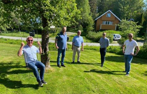 Terje Hagen har fortsatt troen på å gjøre Skorhaugåsen tilgjengelig for flere en dagens beboere, men er usikker på om det skjer i hans tid. I bakgrunnen på bildet står de andre utbyggerne i åsen.