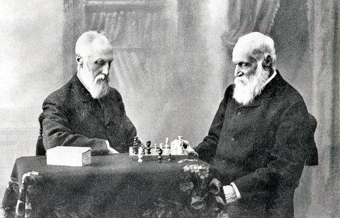 SJAKK. Brødrene James (t.v.) og Colin Archer i et slag sjakk omkring 1915.