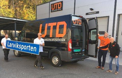Auksjonert bort: Skiltene som hang på Larviksporten ble gitt til TV-aksjonen av Larvik kommune. De ender opp hos høystbydende. Ole Martin Holthe fra UTD og varaordfører Olav Nordheim sørget for å få skiltene til Oslo.