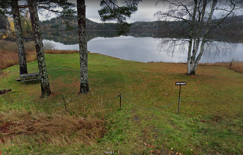 SPERRET AV: Dette området på østsiden av Åsrumvannet langs Trollsåsveien er sperret av og merket privat. Men trolig gjelder allemannsretten også her.