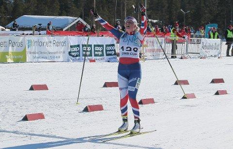 SEIEREN ER SIKRET: Slik jubler en norgesmester fra Kvikne: Eline Grue vant fellesstarten i K 20–21. (Foto: Trond Findahl)