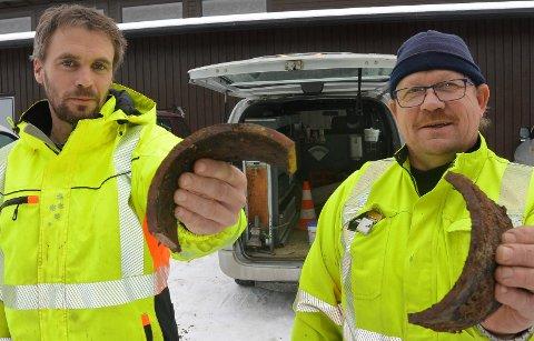 TVERS AV: Denne gamle jernledning røk tvers av første juledag. Det krevde mange timers innsats og jobb fra Ole O. Karlstad, til venstre, og Terje Bekkemoen i kommunalteknisk avdeling i Åsnes.
