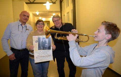 KLARE: Nyttårskonserten til Åsnes Hornmusikk har 25-årsjubileum neste søndag. Nicolai Brenden er en av de unge utøverne som er med. I konsertkomiteen er fra venstre Trond Gaarder, Aud Randi Fossum og leder Tore Fjeld.