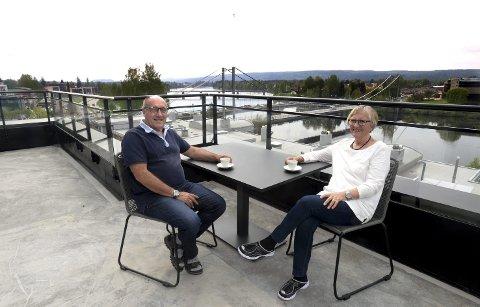 TRIVES GODT: Erik og Heidi Sjåtil har nå bodd et halvt år i leiligheten på toppen av Sentrum Park i Elverum, med utsikt over Glomma. – Vi stortrives både inne og ute, sier de.