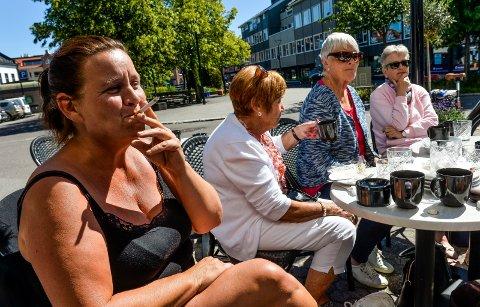 RØYKER: Laila Stensrud synes det er helt latterlig at hun ikke kan røyke hvor hun vil i Sverige, der har de strammet grepet om sigaretten. Svenskene har nå utvidet røykeforbudet til å også omfatte røyking på offentlige steder utendørs.