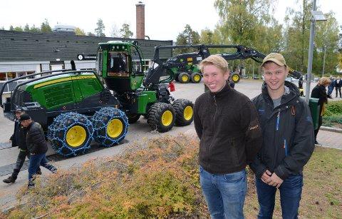 FRISTER: – Det frister med jobb i en slik maskin, sier elevene Ole Stavsberg fra Elverum, til venstre, og Kristian Samdnæs fra Braskereidfoss.