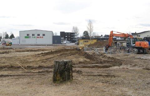 I GANG: Tomtearbeidene i forbindelse med det nye Kiwi-bygget på Flisa er nå i full gang.