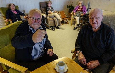 VELDIG SKUFFET: – Vi er mildt sagt veldig skuffet, sier Syver Dybendal, til venstre, og Einar Nyland. Damene i bakgrunnen er enige, og de er fra venstre Torunn Høvås, Randi Johnsen og Andrea Busk.