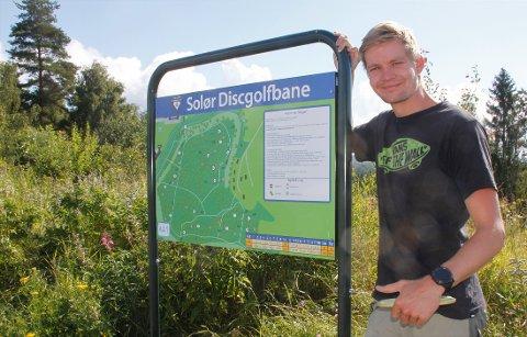 Sondre Skulstad er blant dem som har lagt ned mye arbeid for å utvikle Solør Frisbeebane til å bli Innlandets beste bane. Nå får de tilskudd fra Landsbyen Flisa.