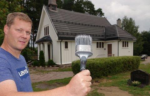 LØSTE SEG: Under ledelse av Stein Ivar Sandnæs har ildsjeler skrapet og malt kapellet i Våler. Om en uke får det andre strøket.
