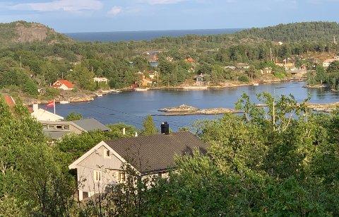 I dette området ved Kjønnøya i Bamble er en rekke boliger og hytter uten strøm ved 14-tida lørdag.