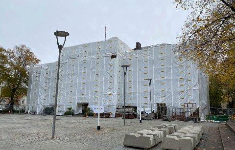 FORSINKET: Rådhuset forblir mest sannsynlig innpakket til midten av november.