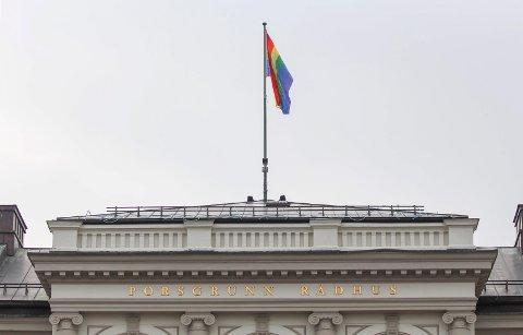 OPPE IGJEN: Prideflagget er kommet opp igjen her.
