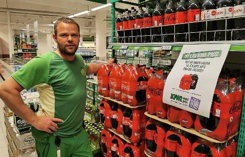 SPENT: Butikksjef Lasse Vanebo ved Kiwi Mobi håper kjøpsgrense skal stoppe hamstring.