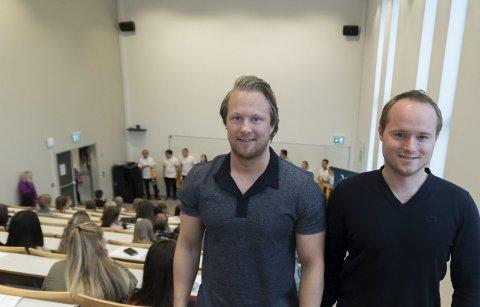 Ferske: Andreas Lysholm (t.v.) og Endre Garvik (t.h.) er to av stadig flere menn som vil studere sykepleie. I bakgrunnen tas resten av kullet hånd om av årets faddere.Foto: Vegard Anders Skorpen