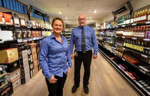 Butikkmedarbeider Elin Fagervik og daglig leder Trond Lysholm ved Vinmonopolet på Nesna har som mål å selge 30.000 liter edel drikke i året. På åpningsdagen solgte de 159 liter.